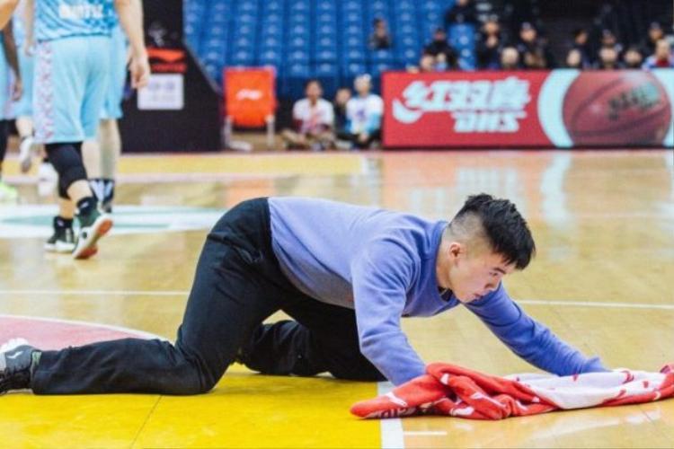 Meng luôn hết mình và coi trọng công việc lau sàn tập bóng rổ. Ảnh: Weibo