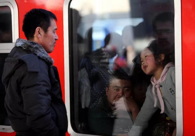 Cha tiễn con gái về quê ở nhà ga Bắc Kinh.