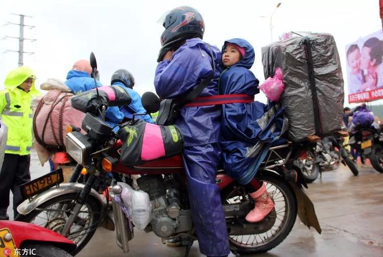 Thay vì đi tàu hỏa, máy bay, người đàn ông này đã quyết định đưa con về quê bằng xe máy mặc dù đoạn đường đó dài tới 400km.