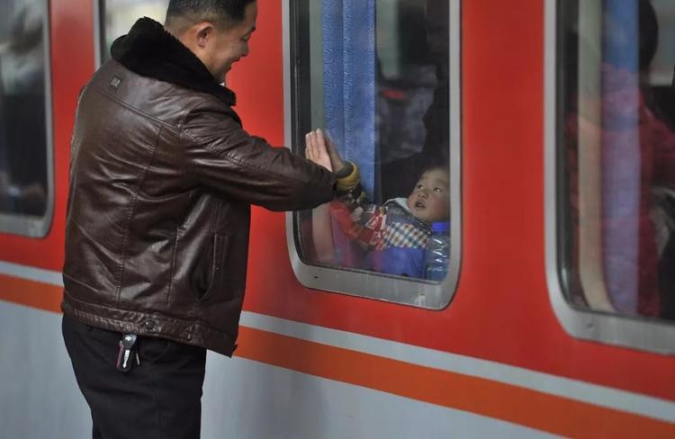 Cảnh chia tay đầy xúc động tại ga Hợp Phì, Trung Quốc năm 2017.
