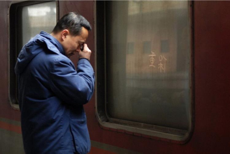 Không thể về quê ăn Tết cùng cha mẹ già, người đàn ông chỉ biết đứng khóc nhìn đoàn tàu lăn bánh.