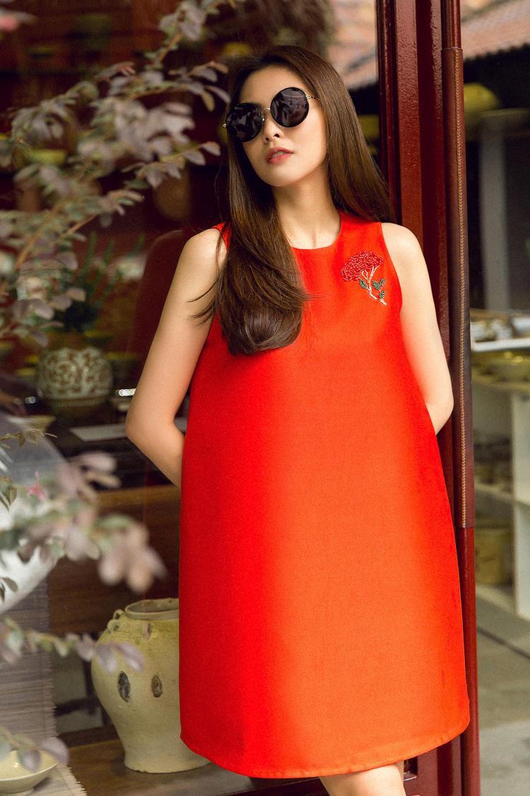 Màu đỏ cũng là 1 trong những gam màu đem dến sự nổi bật, được Hà Tăng ưa chuộng.