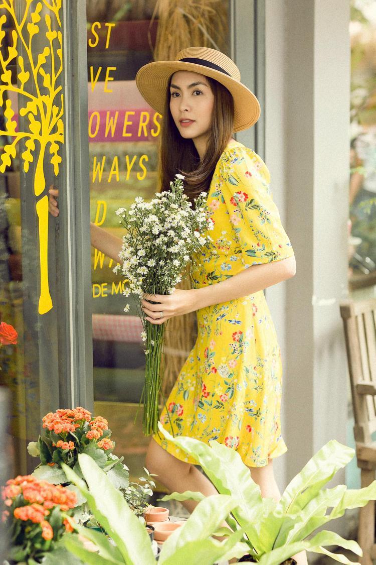 Chiếc đầm màu vàng họa tiết hoa nhí đem đến cho Hà Tăng nét thanh tao, dịu dàng.