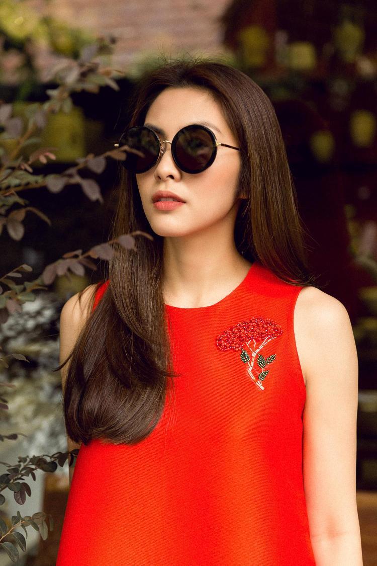 Chiếc đầm suông có chi tiết nhánh cây được thêu tay tỉ mỉ, tuy đơn giản nhưng lại rất đẹp.
