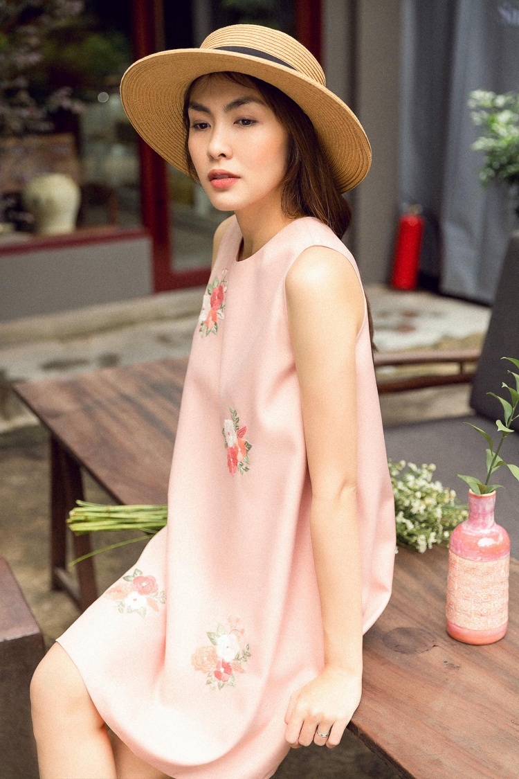 Chiếc váy suông màu hồng pastel lại đem đến cho người mặc sự nhẹ nhàng, nữ tính.