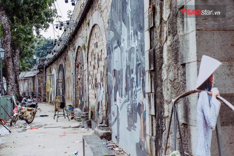 """Dự án """"Bích họa trên phố Phùng Hưng"""" được thực hiện trên cơ sở chương trình """"Đưa nghệ thuật vào không gian sống"""" do Chương trình định cư con người Liên hợp quốc (UN-Habitat), Quỹ giao lưu quốc tế Hàn Quốc (Korea Foundation) phối hợp với UBND quận Hoàn Kiếm triển khai thực hiện."""