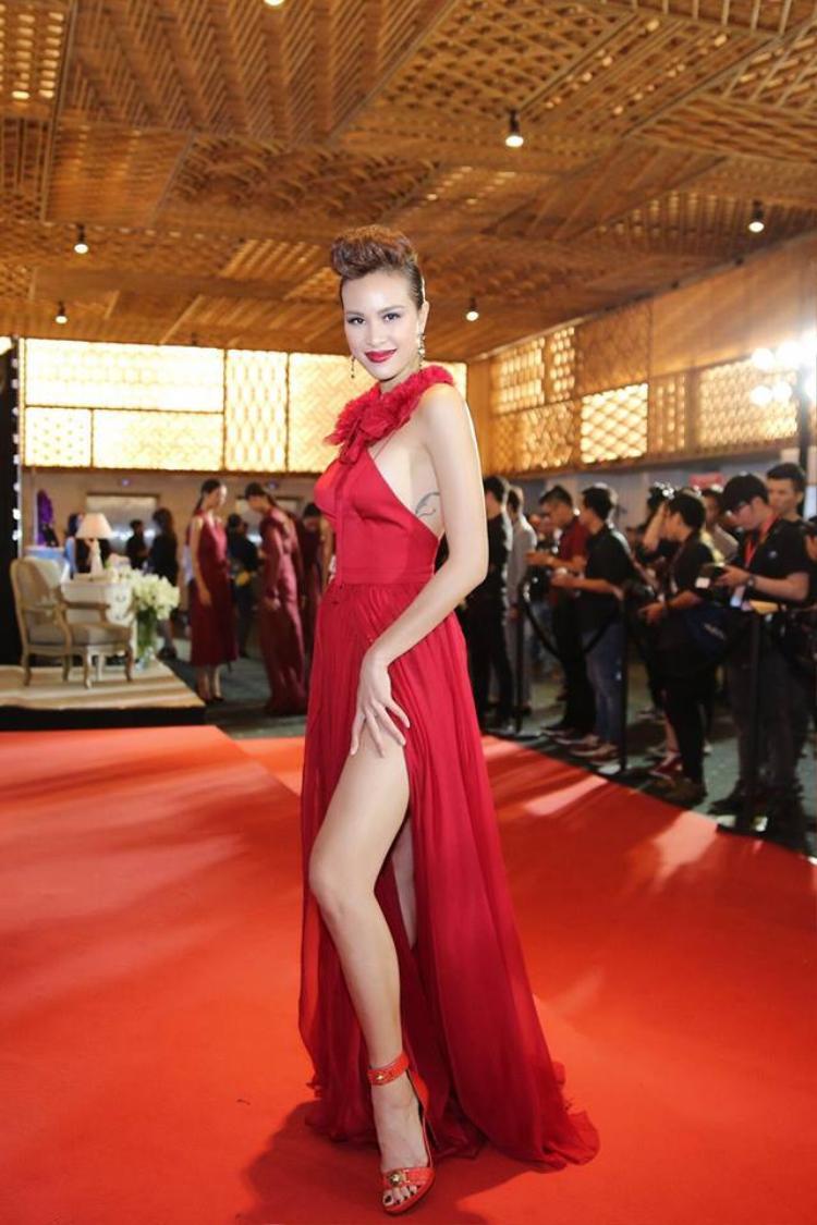 Đầu năm 2018 loạt mỹ nhân Việt đã đổ xô xúng xính ăn diện kiểu váy này khiến váy xẻ đùi chưa có dấu hiệu hạ nhiệt.