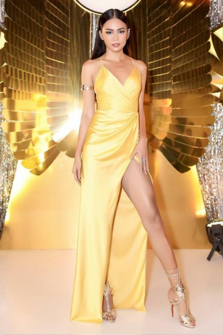 Không thể phủ nhận rằng với đôi chân dài miên man thì kiểu váy xẻ tà luôn là vũ khí tạo sự cộng hưởng tuyệt đối. Hình ảnh chân dài sinh năm 1992 vô cùng nổi bật với thiết kế xẻ tà cao hun hút trông thật gợi cảm.