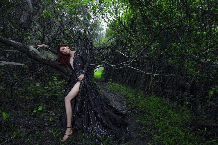 Trong các bộ ảnh thời trang người đẹp vẫn ưu tiên những thiết kế khoe chân tối đa.