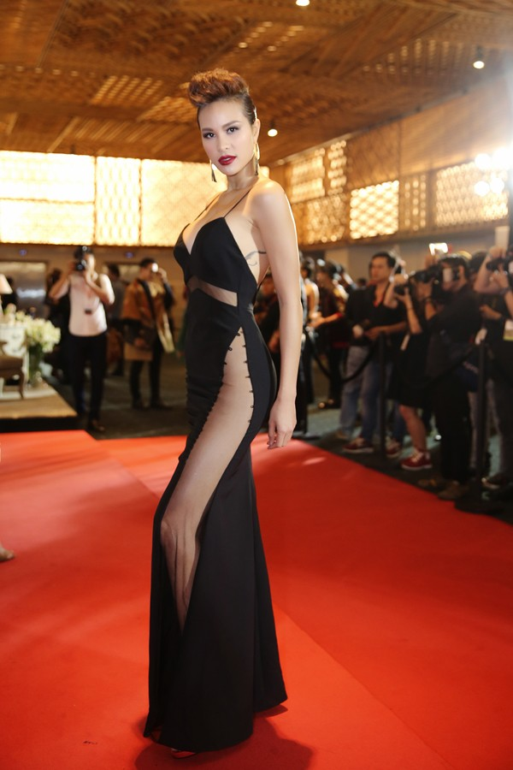 Điểm nhấn ấn tượng cho bộ váy dạ hội của Phương Mai chính là đường đai và độ xẻ tà cao khoe đôi chân thon, gợi cảm.