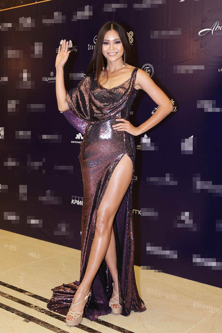 """Đầu năm 2017 khi Mâu Thủy có sự hợp tác với NTK Lý Quí Khánh ở HHHV Việt Nam, hình ảnh của cô đã bắt đầu thay đổi. Từ một người mẫu cá tính cô chuyển sang hẳn hình ảnh của một """"Nữ hoàng sắc đẹp"""". Và cũng từ dạo ấy người ta thường thấy kiểu váy xẻ tà luôn đồng hành cùng chân dài ở hầu hết các sự kiện."""