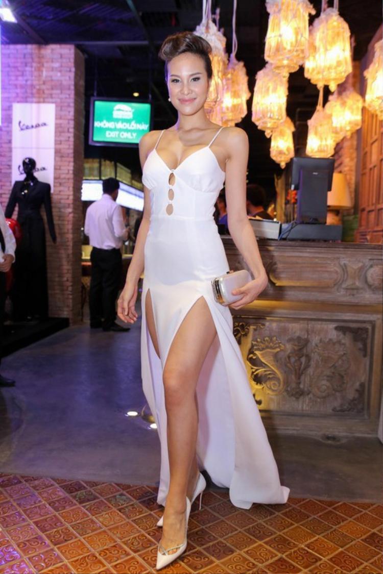 Giải vàng Siêu mẫu Việt Nam 2012 vẫn tự tin với thiết kế quá đỗi quen thuộc nhờ vào cặp đùi săn chắc cùng làn da bánh mật.