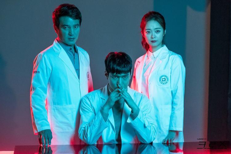 'Cross': Có điều gì đặc biệt ở bộ phim y khoa hot nhất hiện nay?