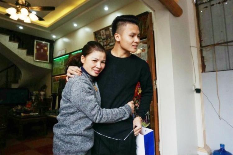 Quang Hải trở về trong vòng tay của mẹ.