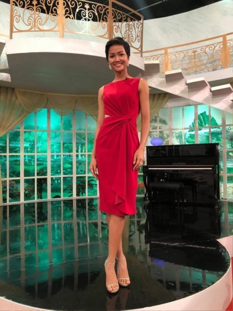 Tiếp sau đó là cô diện lại bộ cánh màu đỏ của Nguyễn Thị Loan.