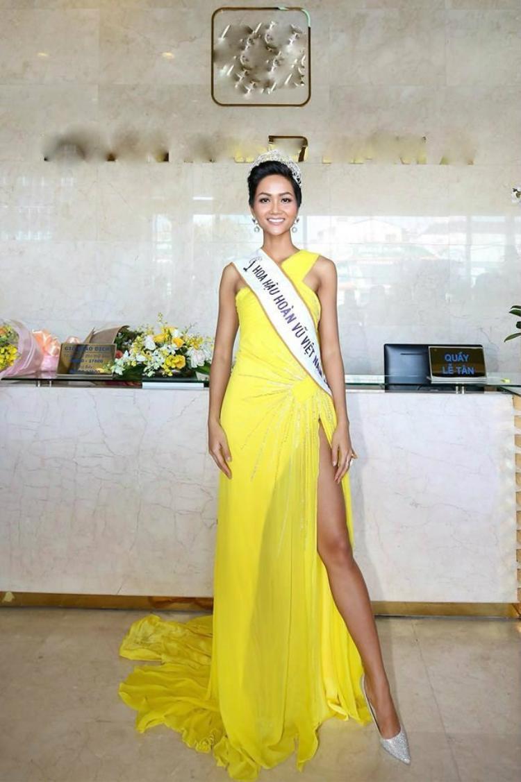 Sau gần một thángchiến thắngtại Hoa hậu Hoàn vũ Việt Nam 2017, H'Hen Niê nhận được nhiều lời mời xuất hiện tại các sự kiện, chương trình giao lưu… Phong cách ăn mặc và trang điểm của tân hoa hậu cũng gây chú ý với khán giả. Song việc diện lại đồ cũ khiến cô kém sang, hình ảnh không mới mẻ.
