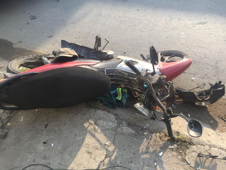 3 xe máy bị hư hỏng nặng, nhiều mảnh vỡ văng tung toé trên đường.