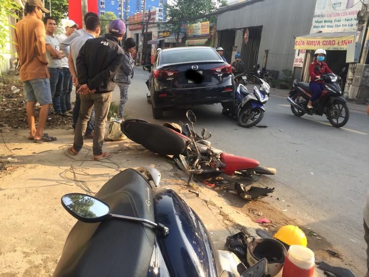 Nhiều xe máy nằm la liệt trên đường.
