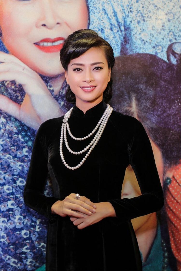 Vấn tóc cao và sử dụng thêm phụ kiện là vòng ngọc trai, Ngô Thanh Vân hóa thân thành cô gái Sài Gòn những thập niên trước.