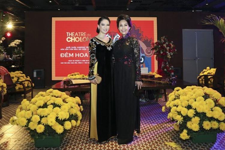 Hai diễn viên Hương Thủy và Diễm My không ai bảo ai đều chọn áo dài đen sang trọng, đài các đến sự kiện.
