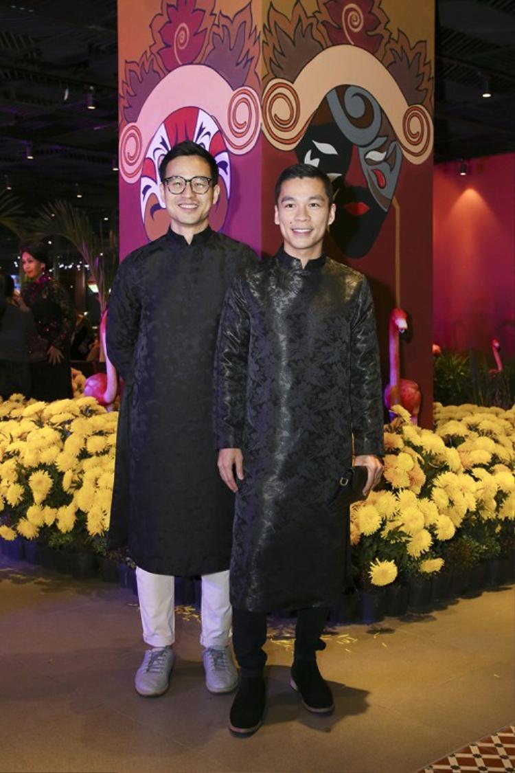 Cặp đôi Adirian Anh Tuấn và Sơn Đoàn cũng chọn áo dài gấm màu đen để xuất hiện tại một sự kiện. Cả hai trông thật ăn ý và đẹp đôi.