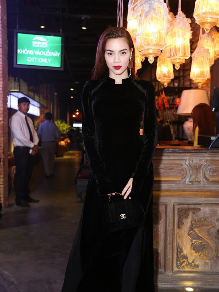Hồ Ngọc Hà có lợi thế thân hình mảnh mai lại có chiều cao lý tưởng nên cô diện áo dài rất đẹp. Sử dụng phụ kiện là clutch Chanel cùng chất liệu nhung, Hà Hồ có được diện mạo sang chảnh tuyệt đối.