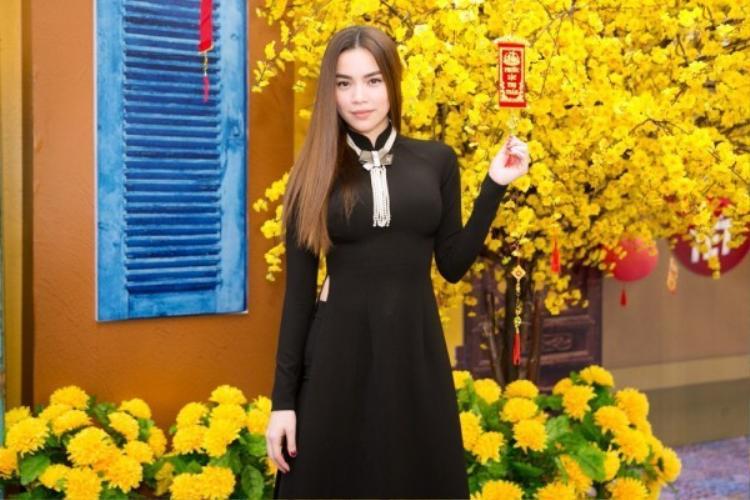 Đối với outfit đơn giản, thanh lịch này, Hồ Ngọc Hà sử dụng phụ kiện là vòng ngọc trai đen gắn nơ duyên dáng.