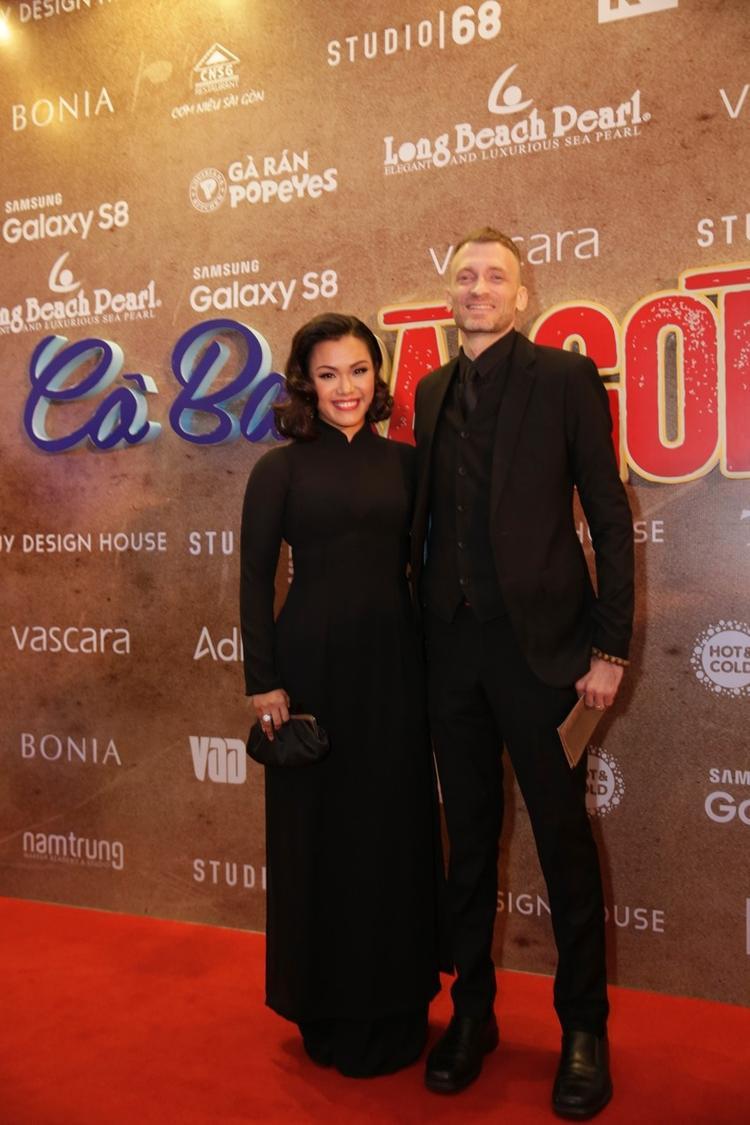 Xuất hiện trong cùng sự kiện, ca sĩ Phương Vy cũng diện áo dài đen chất liệu lụa mềm mại. Vóc dáng của ca sĩ đã thon gọn hơn nhiều nhờ bộ áo dài tối màu nhưng không kém phần duyên dáng này.