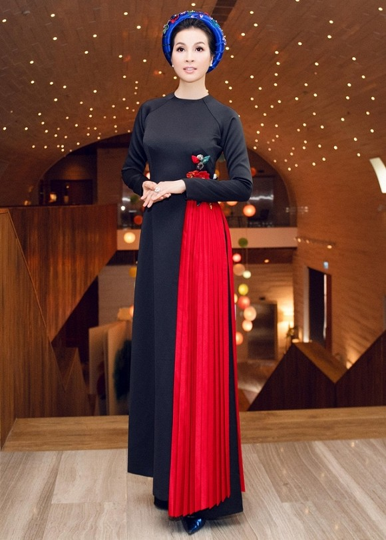 """""""Người đẹp không tuổi"""" Thanh Mai cũng tin tưởng tuyệt đối vào tà áo dài để khoe dáng. Tà áo còn khéo léo được pha thêm một chút vải đỏ cực kì nổi bật."""