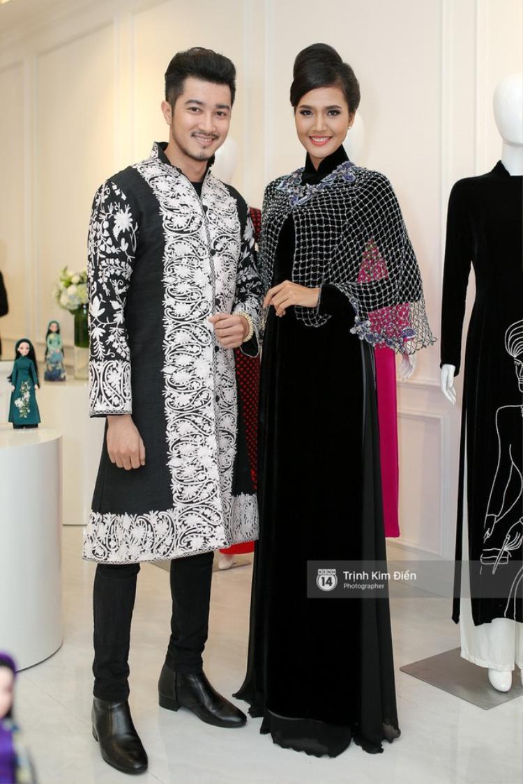 Siêu mẫu Quanh Đi điệu đà với tà áo dài nhung, kết hợp thêm áo choàng lướ để tạo sự khác biệt.