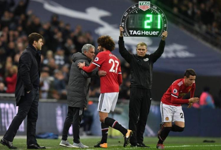 Fellaini dính chấn thương và phải rời sân sau 7 phút xuất hiện.