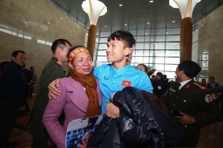 Xuân Mạnh cùng mẹ ở sân bay. Ảnh: Vietnamnet.
