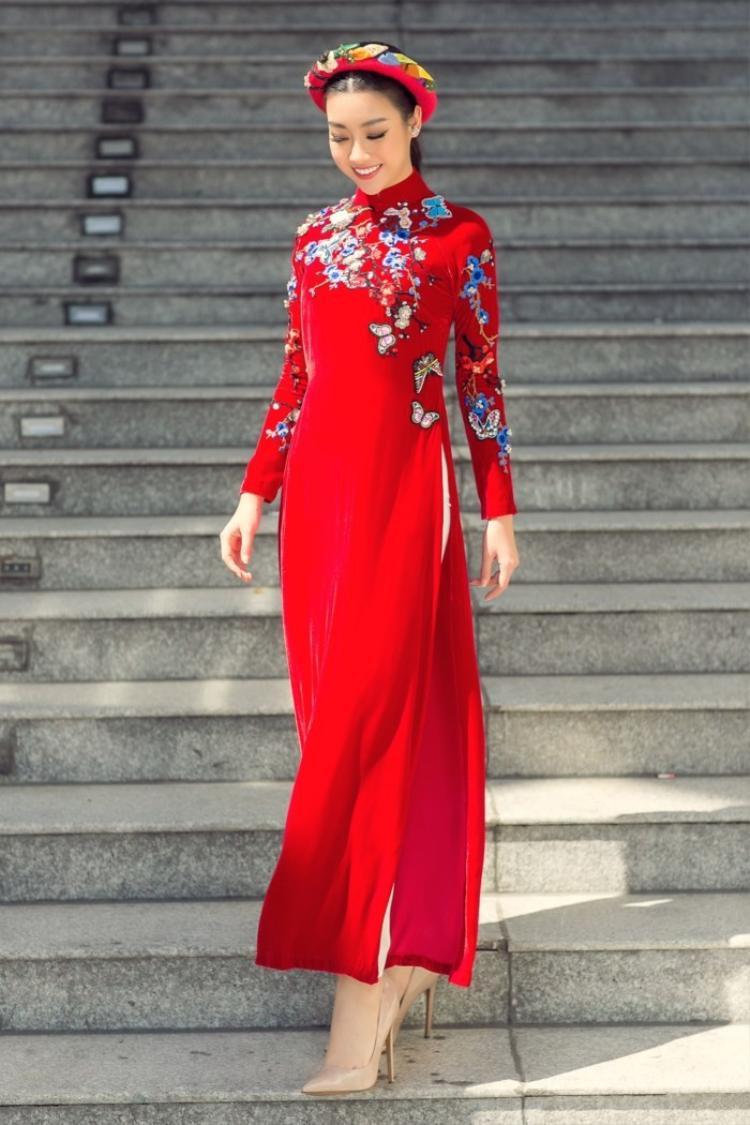 Hoa hậu Đỗ Mỹ Linh cũng chọn áo dài màu đỏ trong lần xuống phố gần đây.