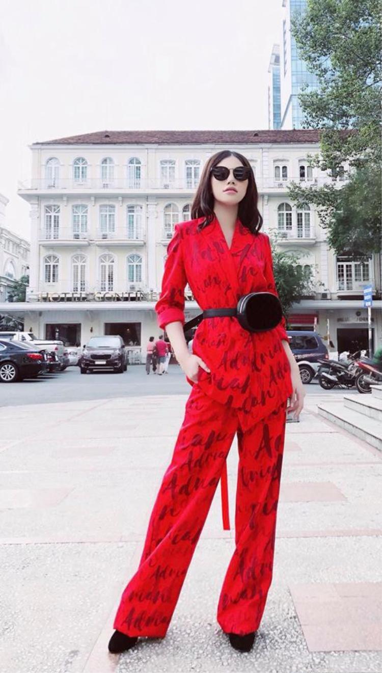 Hoa hậu Jolie Nguyễn cực ngầu với set đồ đỏ chói cùng loạt phụ kiện tông đen cực ngầu.
