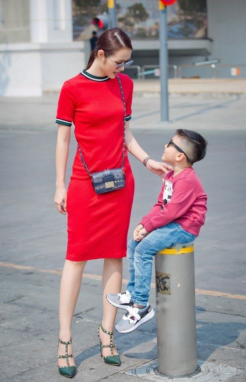 Gái một con Diệp Bảo Ngọc cũng chọn váy đỏ rực xuống phố cùng con trai trong những ngày cận Tết.
