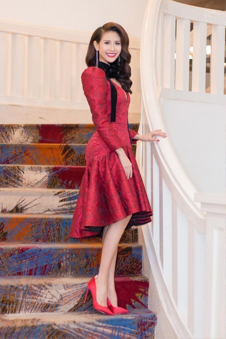 Trong buổi tiệc thân mật tại Tp.HCM để mừng ngôi vị Á hậu 1 đã đạt được tại Hoa hậu Đại sứ Du lịch Thế giới 2017, Liên Phương liên tục chọn cho mình 2 chiếc đầm sắc đỏ.