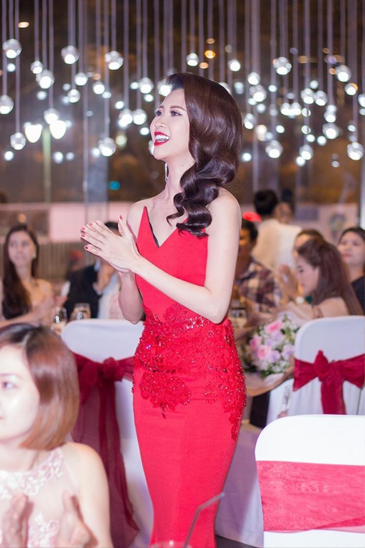 Trang phục thứ hai Liên Phương mặc tại sự kiện của chính mình cũng một màu đỏ rực. Á hậu làm tóc xoăn bồng tạo sự sang trọng phù hợp với tính chất của sự kiện.