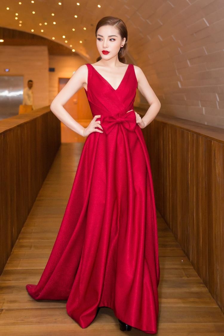Với làn da trắng đặc trưng, hoa hậu Kỳ Duyên nổi bật hết mức với trang phục này. Không những thế, chiều cao đáng ngưỡng mộ của cô cũng giúp hình ảnh hoa hậu trông vô cùng thanh thoát, vừa mắt người nhìn.