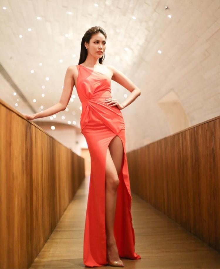 Đôi chân dài miên man từng chinh chiến tại các cuộc thi hoa hậu, người mẫu trong ngoài nước quả thật chưa bao giờ khiến người hâm mộ phải thất vọng.