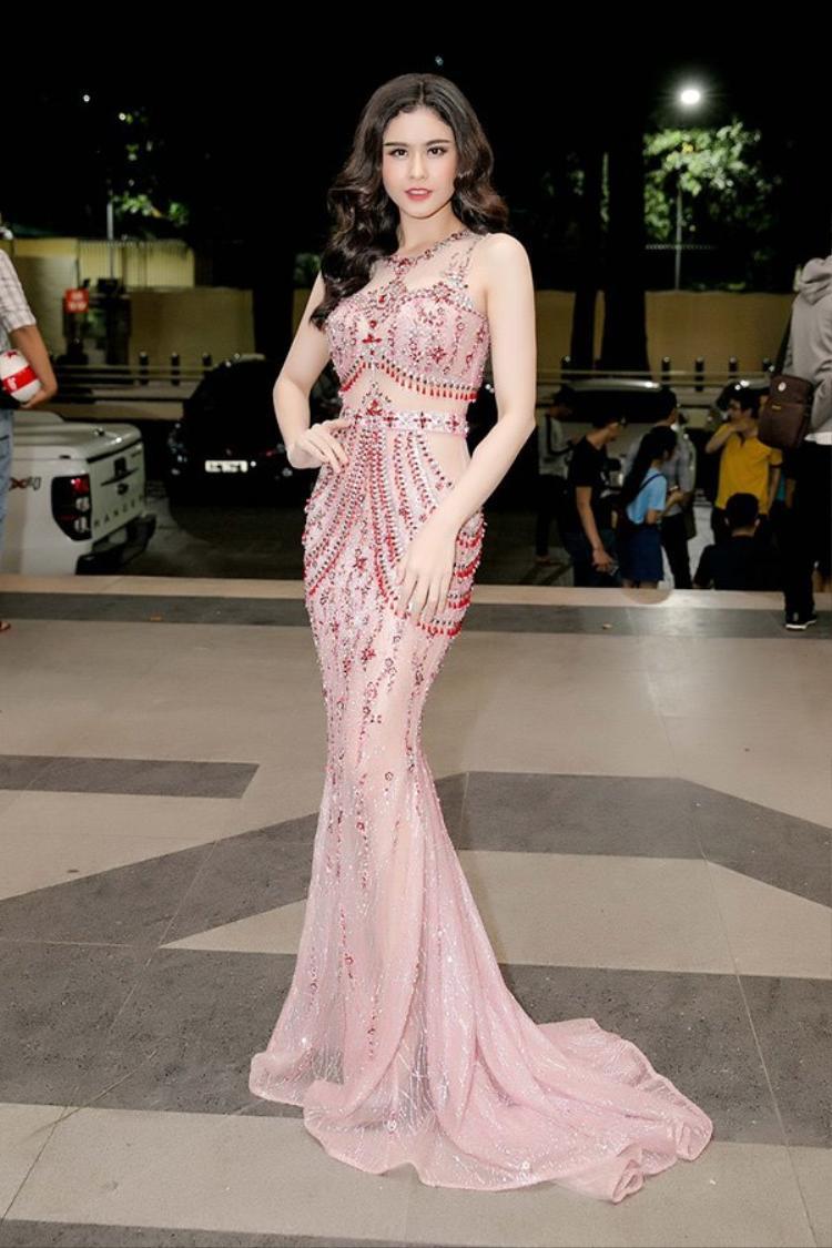 Bà xã chàng ca sĩ Tim- Trương Quỳnh Anh khoe làn da trắng ngần trong chiếc đầm xuyên thấu được đính kết tỉ mỉ.