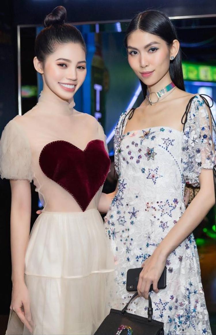 Trong một bộ cánh khác Jolie Nguyễn dễ gây hiểu nhầm vì phần phần vải màu nude.