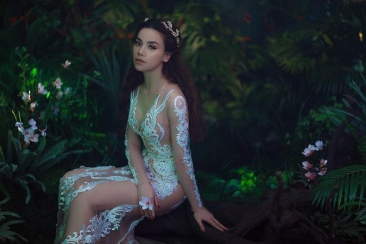 """""""Nữ hoàng giải trí"""" Hồ Ngọc Hà khiến khán giả đứng ngồi không yên khi xuất hiện tựa một nữ thần trong thiết kế của Chung Thanh Phong."""