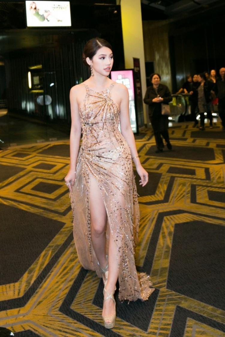 Jolie Nguyễn để lộ cả nội y trong thiết kế mỏng dính.