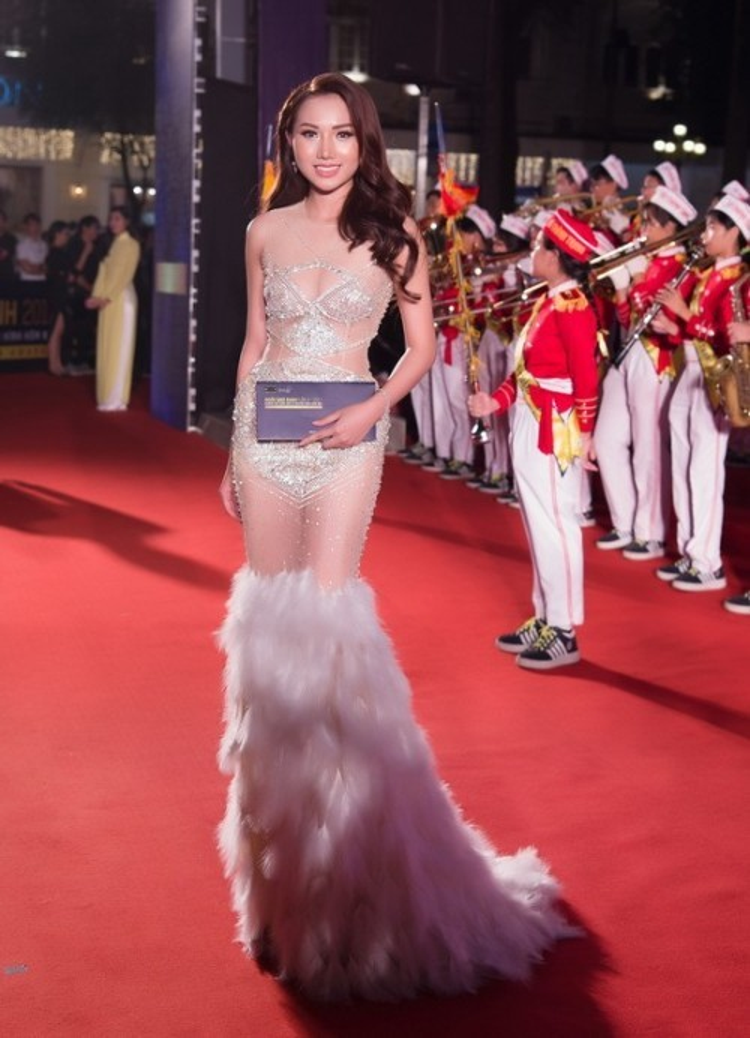 Nữ hoàng sắc đẹp Hoàng Thu Thảo gây chú ý trên thảm đỏ với bộ cánh lông vũ để lộ thân hình nuột nà.