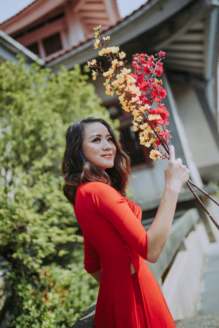 Áo dài đỏ được giới trẻ yêu thích hơn cả. (Ảnh: Nguyễn Văn Dương)