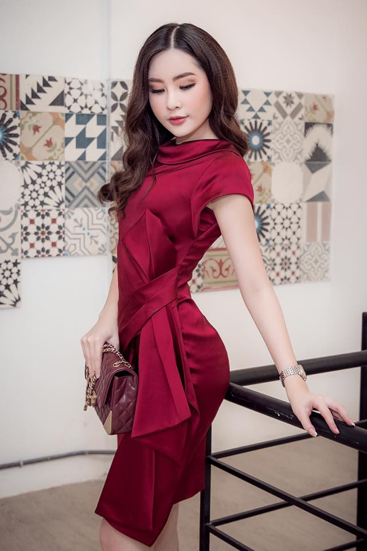 Trong một sự kiện khác, Ngân Anh diện váy lụa mềm mại đỏ khoe cơ thể với 3 vòng chuẩn đẹp.