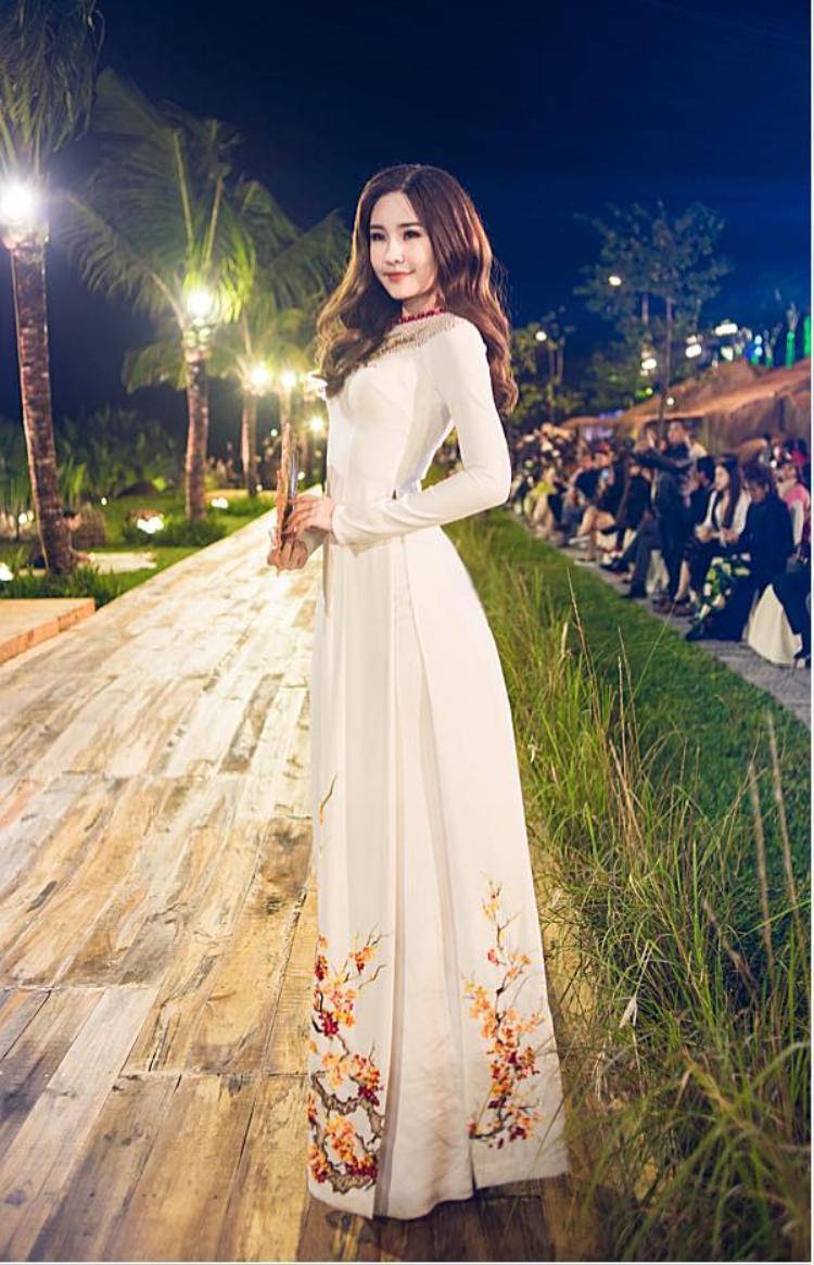 Với vóc dáng của Ngân Anh thì không khó để cô trở nên xinh đẹp trong tà áo dài trắng thướt tha.