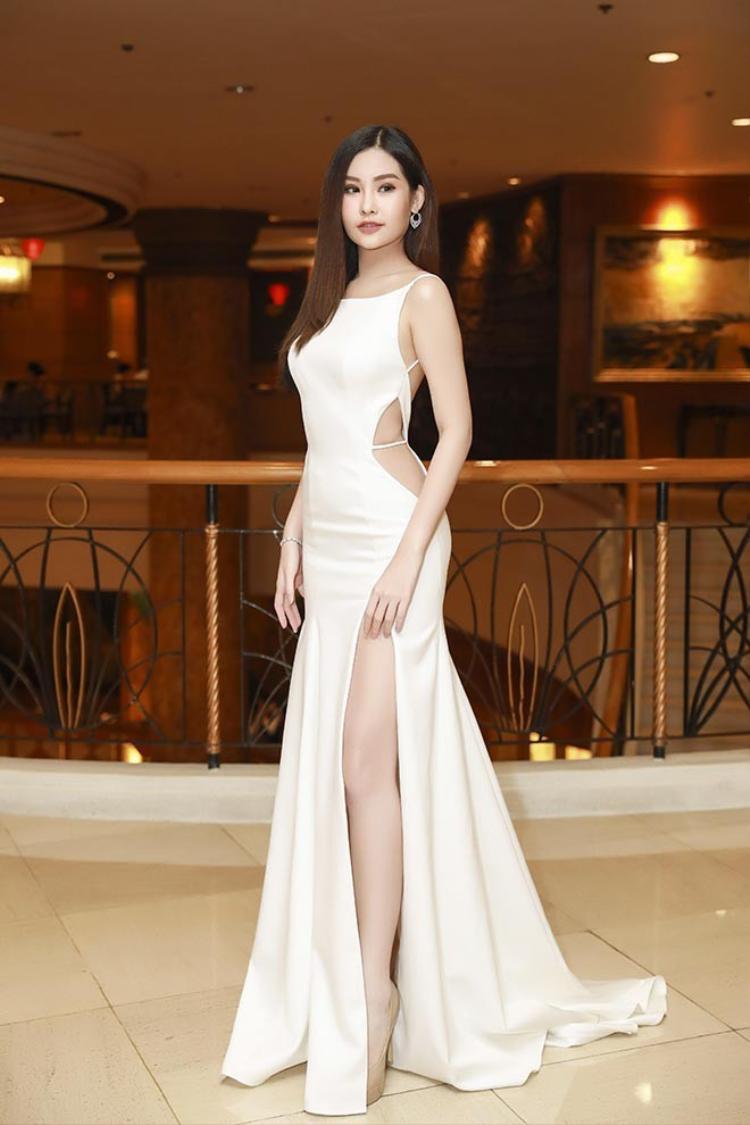 Diện bộ váy trắng xẻ táo bạo, Ngân Anh cho thấy làn da nuột nà và vóc dáng thon gọn của mình trong sự kiện mới nhất mà cô tham gia.
