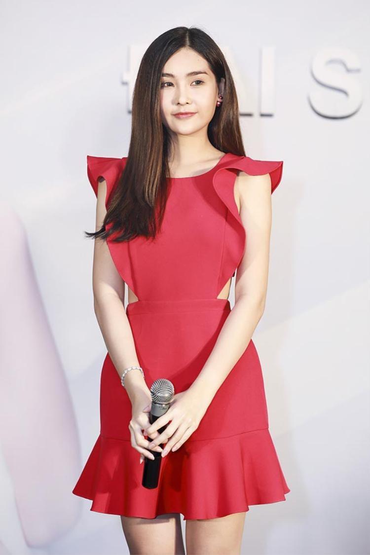 Sau đó, người đẹp thay một bộ váy khác màu đỏ nhưng cũng xẻ hở phần hông rất gợi cảm.