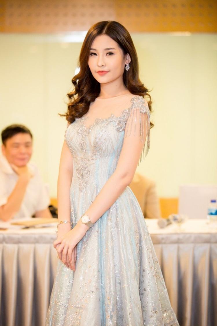 Người đẹp rất chuộng những kiểu váy đính đá sang trọng và không kém phần tinh tế.